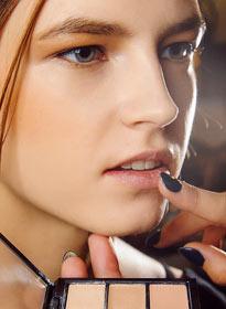 В моде не только естественные губы, но и на 2-3 тона светлее натурального. На фото макияж от Victoria Beckham