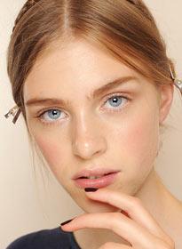 Натуральный макияж губ модно дополнять контрастным (например, красным или черным) маникюром. На фото макияж от Valentino