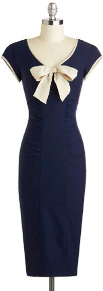 Синее платье-футляр с бантом