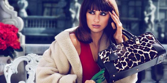 На фото модная сумка Loewe