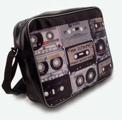 В магазине представлены модные и молодежные сумки через плечо и сумки.