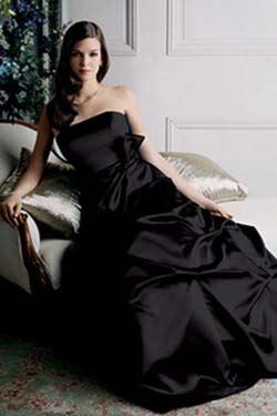 ...свадебной моды: белые свадебные платья с черными элементами отделки.