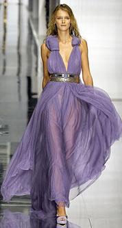 На фото: оригинальное платье на выпускной с подогнутым. подолом юбки.
