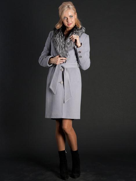 Зимнее женское пальто с воротником.