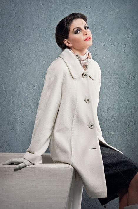 На фото: Белое пальто.  Придется применять хитрости.  Как же без них.