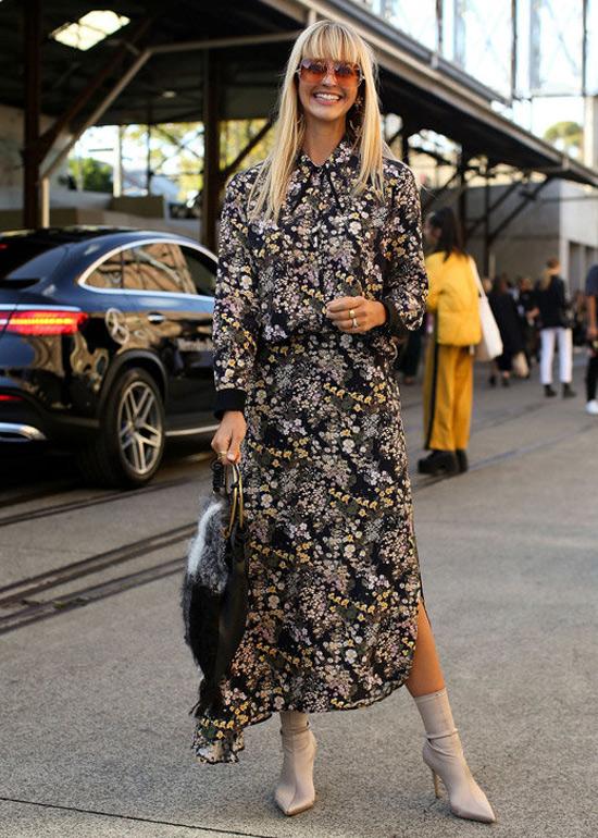 На фото: как носить платье с сапогами