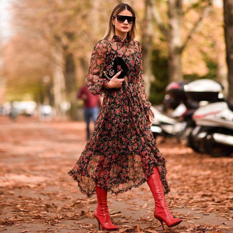 Красные сапоги к платью в цветочек