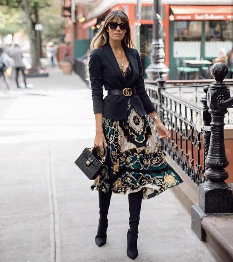 Платье с жакетом и сапогами