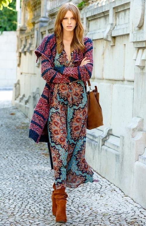 На фото: сапоги с платьем-бохо
