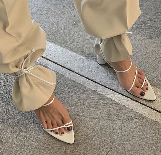 На фото: как носить босоножки с брюками