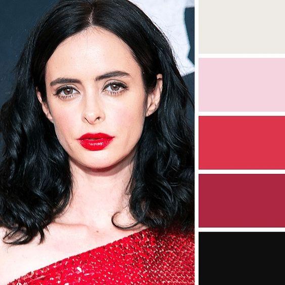 Красный цвет хорошо подходит зимнему колориту внешности