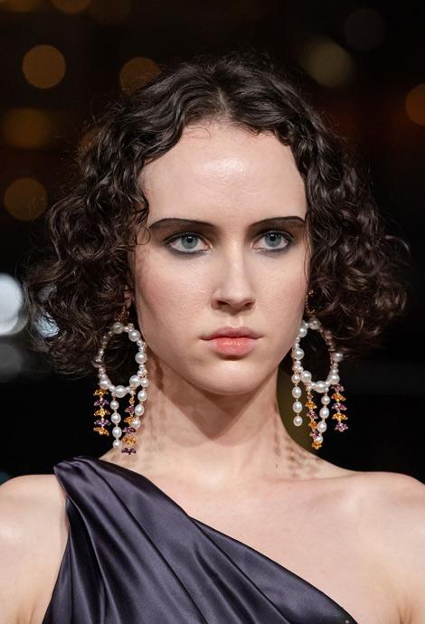 Модная прическа на средние волосы