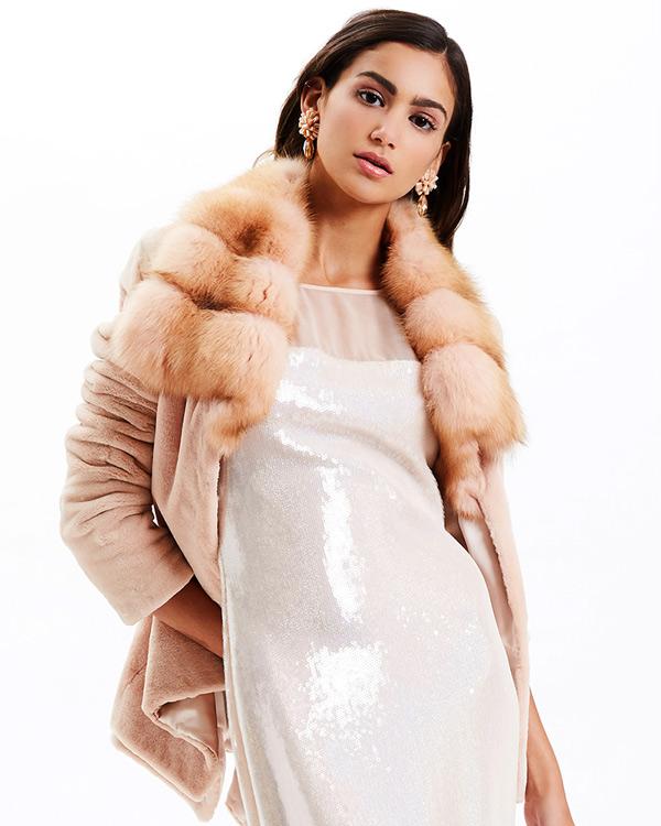 Платье и меховая накидка