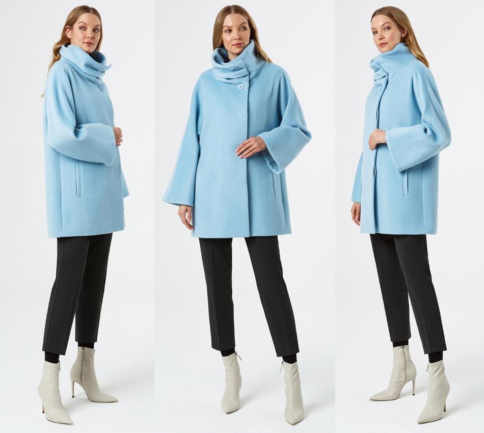 Короткое пальто голубого цвета