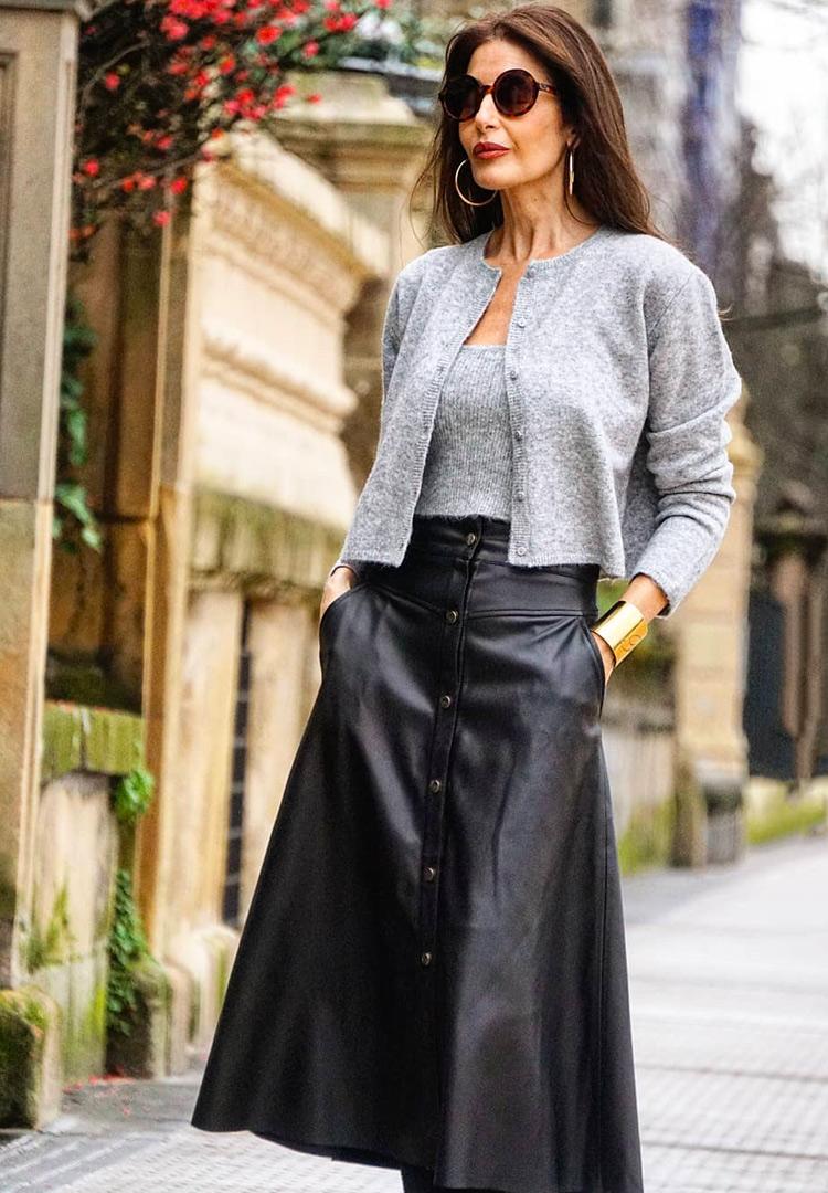 На фото: кожаная юбка для женщины после 40